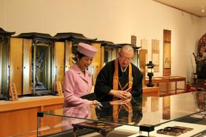 草津総務部長のご案内で名宝展をご観覧される久子妃殿下