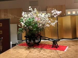真言宗大覚寺派青年教師会設立30周年記念として 華道総司所へ寄贈された、御所車。