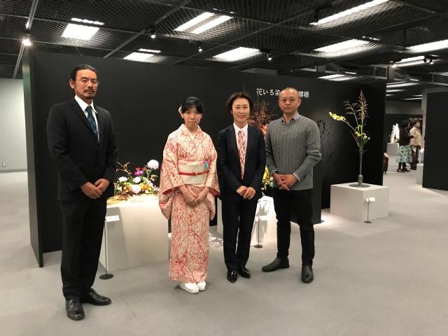 向かって左から、前期出品の田中崇甫先生と田中静恵甫先生。右端は後期出品の境将甫先生。
